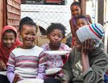 Kinderen genieten van een maaltijd bereidt door vrijwilligers in Zuid-Afrika