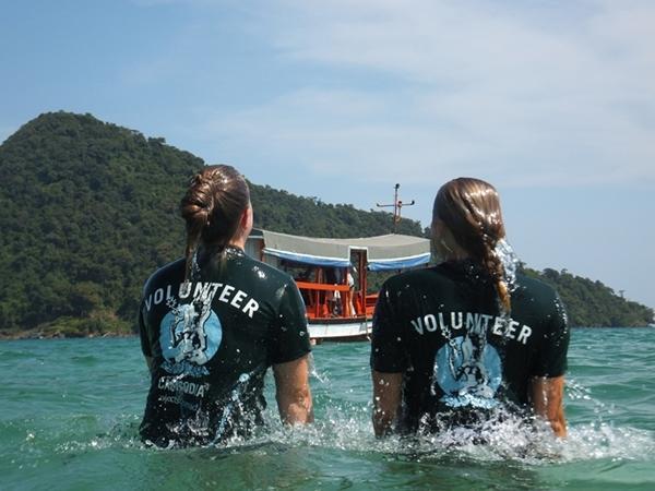 Frivillige leker seg i vannet på marinbevaring i Kambodsja
