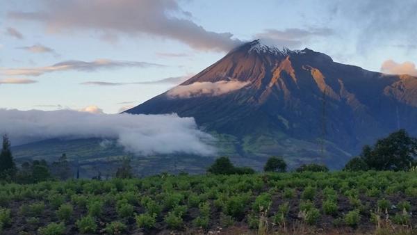 Vulkanen Tungurahua (5023 moh) puffer røyk i solnedgangen