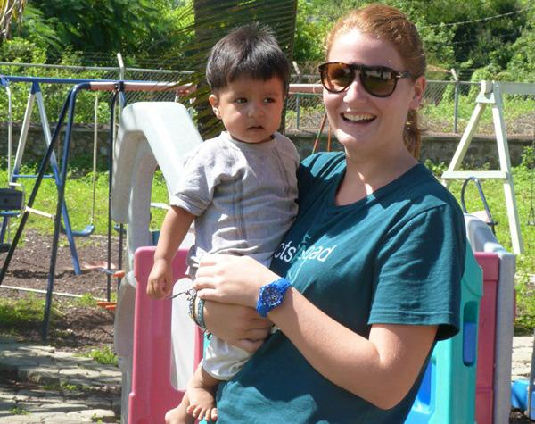 Frivillig og barn på Barn og Ungdom-prosjekt