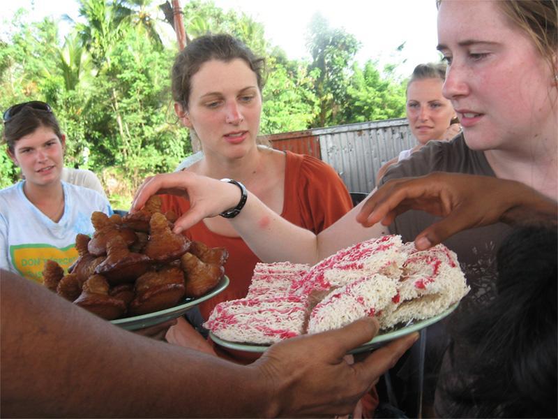 Volunteers tasting Sri Lanka food