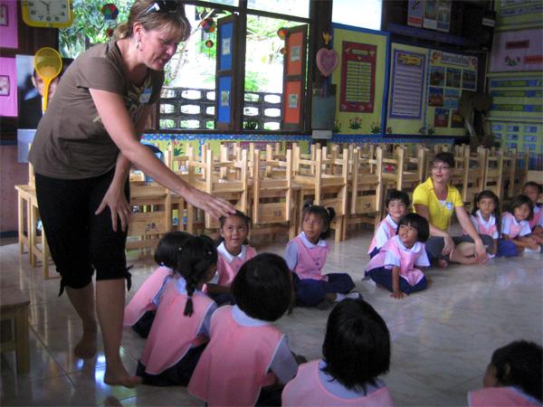 Volunteer with children in Thailand
