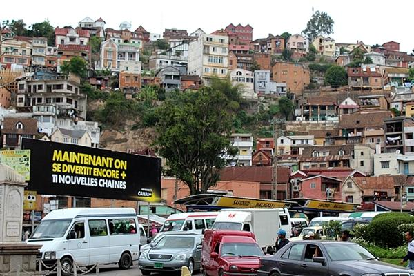 A view of a busy town in Madagascar, where volunteers can study French.