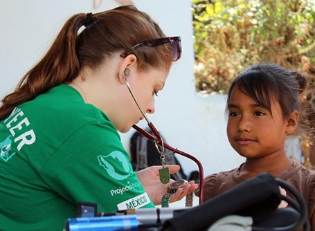 Projects Abroad volunteer examines patient on Mexican outreach