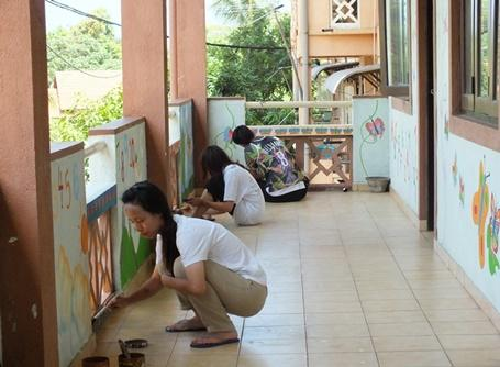 Volunteer busy in a dirty day project in Sri Lanka