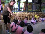 Volunteer with children in Thailand