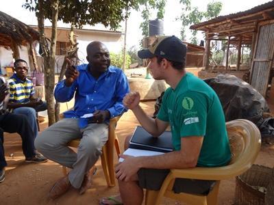トーゴで国際開発プロジェクトのインターンが、ロメの農家との会議をしているところ