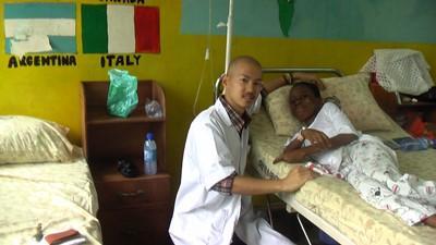 インドで看護ボランティア中の日本人ボランティアと患者