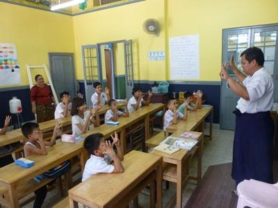 ミャンマーの学校で授業を受ける子供たちの様子