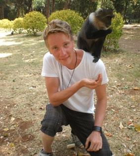 Affen füttern in Nairobi