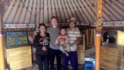 Benedikt mit seiner Nomaden-Familie in der Mongolei