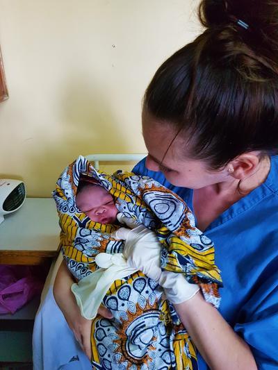 Freiwillige mit Baby im Geburtshilfe – Projekt in Tansania