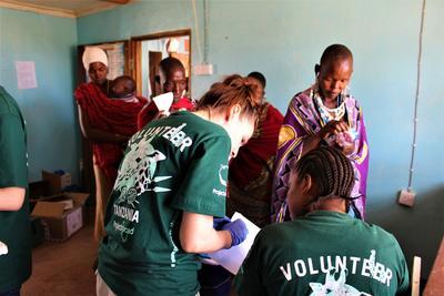 Ausgebildete Freiwillige bietet medizinische Versorgung an