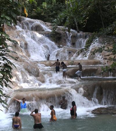 jamaika-sozialarbeit-wasserfall