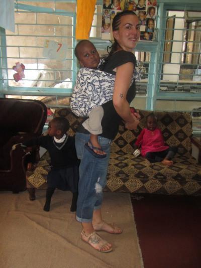 tansania-sozialarbeit-auch-auf-dem-rucken-macht-das-spielen-mit-den-kleinen-spass