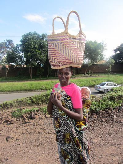 tansania-sozialarbeit-eine-frau-mit-tasche-auf-dem-kopf