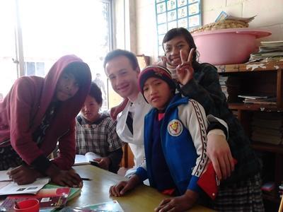 nepal-sozialarbeit-freiwilliger-mit-kindern-1