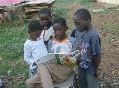 Jungs mit Malbuch