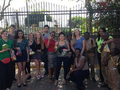 Gruppe von Freiwilligen nach einem Kultur-Workshop