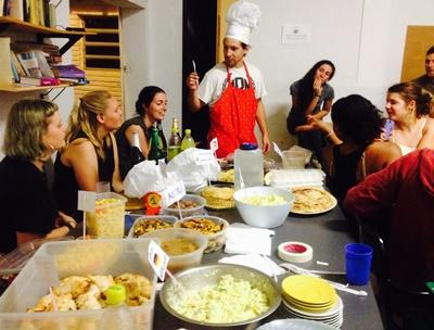Projects Abraod Freiwillige bei einem gemeinsamen Abendessen