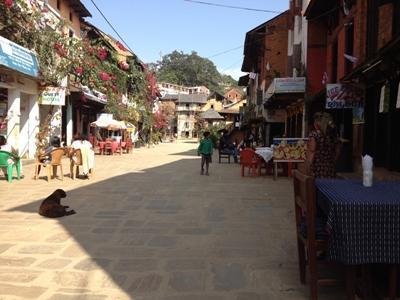 """Die """"Innenstadt"""" von Bandipur. Deutlich im Bild zu erkennen ist die klare Luft, die in Nepal keine Selbstverständlichkeit ist."""