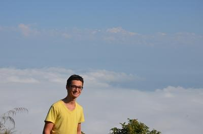 Ich, vor einem Panorama in Bandipur