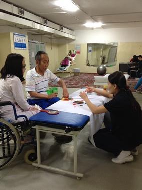 Zwei Personen werden physiotherapeutisch behandelt