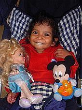 Waisenkind mit Puppen