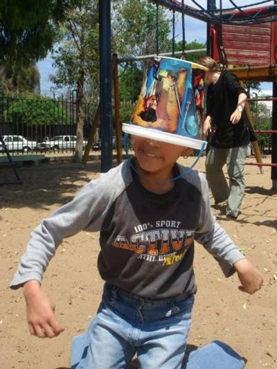 Ein Eimer als Hut