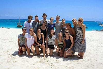 Gruppenbild von Freiwilligen bei einem Ausflug auf Sansibar