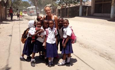 Schulkinder begleiten Lisa auf dem Heimweg