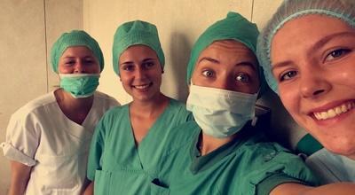 Freiwillige im Medizin-Projekt bereiten sich auf den OP vor