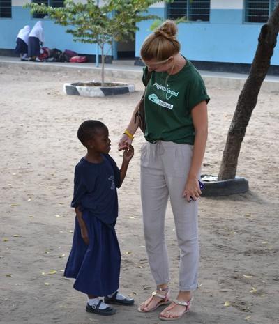 Lisa mit einem Schulkind beim medical outreach