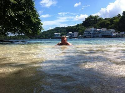 Maik beim schwimmen in der blauen Lagune