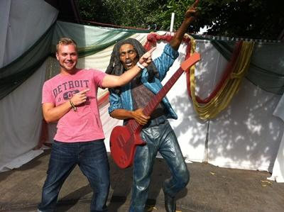 Maik an der Bob Marley Staue