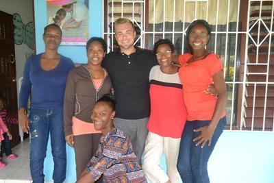 Maik mit seinen einheimischen Kolleginnen im Sozialarbeits-Projekt