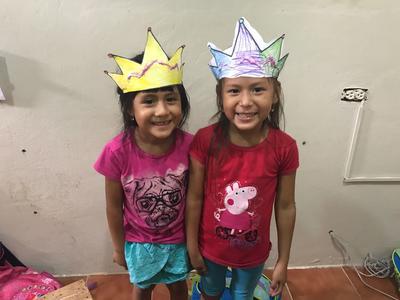Selbstgebastelte Kronen zweier Kinder des Projekts
