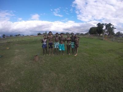 Eine Gruppe von Freiwilligen nach ihrem Schlammbad