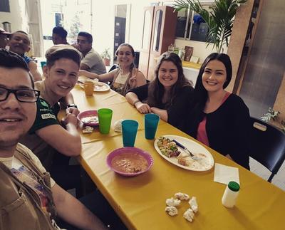 Mittagsessen mit anderen Freiwilligen