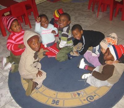 Die Kinder bleiben auf dem Teppich