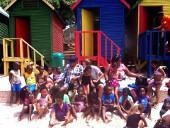 suedafrika-sozialarbeit-vor-den-badehausschen-in-fish-hoek