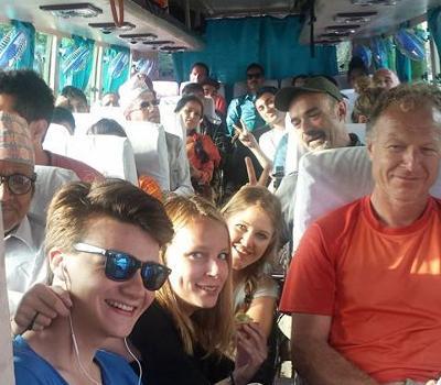 Agnete og andre frivillige på bustur i Nepal