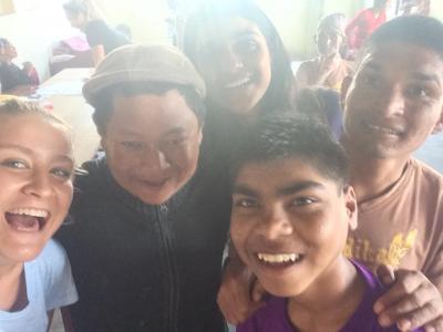 Agnete med nye venner i Nepal
