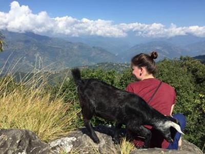 Agnete nyder den flotte udsigt i Nepal
