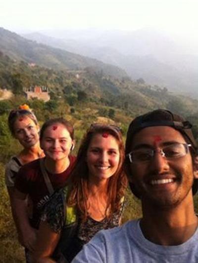 Agnete og andre frivillige med traditionel ansigtsmaling i Nepal