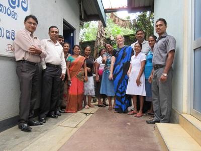 Frivillig sammen med lokale kollegaer på apotek i Sri Lanka