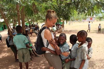 Ann-Sophie med glade børn på undervisningsprojekt i Ghana