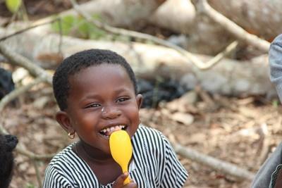 Smilende pige fra udnervisningsprojekt i Ghana
