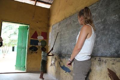 Ann-Sophie og elev i klasseværelse fra undervisningsprojekt i Ghana