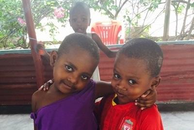 Søde lokale børn på børnehjem